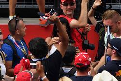 Un tifoso afferra la scarpa di Daniel Ricciardo, Red Bull Racing