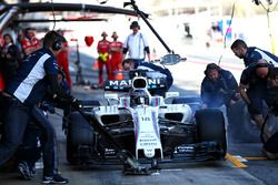 Lance Stroll, Williams FW40 practices a pit stop