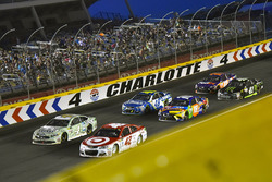 Kyle Larson, Chip Ganassi Racing Chevrolet, Kevin Harvick, Stewart-Haas Racing Ford