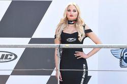 Une jeune femme sur le podium