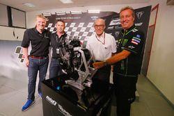 Paul Stroud, Presechef, Triumph Motorräder; Trevor Morris, Technischer Direktor, ExternPro; Carmelo