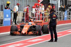 Un mécanicien Red Bull et Fernando Alonso, McLaren MCL32