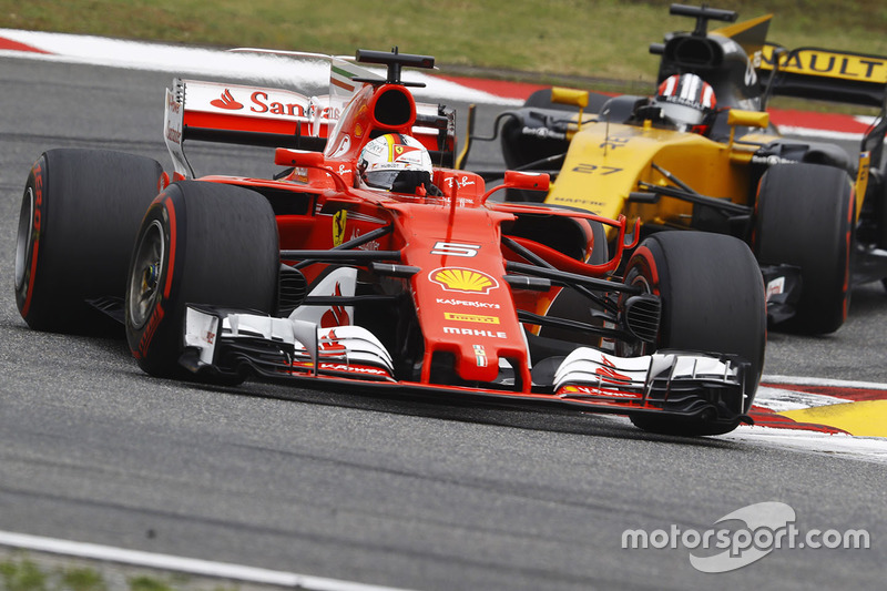 Sebastian Vettel, Ferrari SF70H, vor Nico Hülkenberg, Renault Sport F1 Team RS17