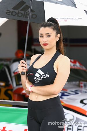 Chica del Paddock, Adidas