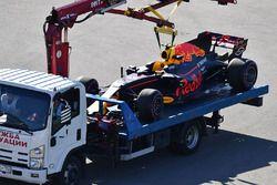 De auto van Max Verstappen, Red Bull Racing RB13 op een takelwagen