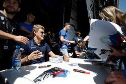 Marcus Ericsson, Sauber firma autógrafos para los fans