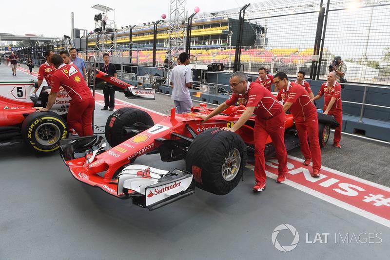 Meccanici Ferrari e Ferrari SF70H