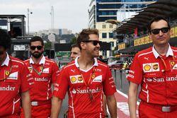 Sebastian Vettel, Ferrari camina por la pista con Riccardo Adami, Ingeniero de carrera de Ferrari