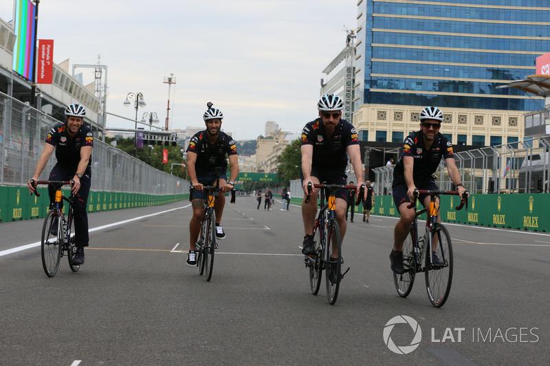Daniel Ricciardo, Red Bull Racing paseo en bicicleta en pista con los mecánicos de Red Bull Racing