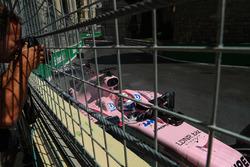 Sergio Perez, Sahara Force India VJM10 va a sbattere nella prima sessione di prove