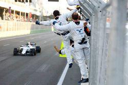 Lance Stroll, Williams FW40, est salué par ses mécaniciens à l'arrivée
