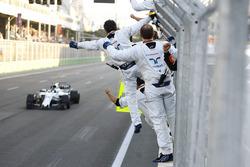 Lance Stroll, Williams FW40, viene salutato dai suoi meccanici alla fine della gara