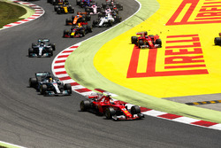 Sebastian Vettel, Ferrari SF70H; Lewis Hamilton, Mercedes AMG F1 W08; Valtteri Bottas, Mercedes AMG F1 W08; Kimi Räikkönen, Ferrari SF70H neben der Strecke