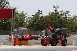 Marshals remove the car of Kimi Raikkonen, Ferrari SF70H