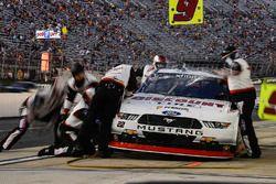 Joey Logano, Team Penske Ford, fa un pit stop