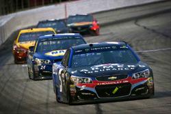 Kasey Kahne, Hendrick Motorsports Chevrolet leads Chase Elliott, Hendrick Motorsports Chevrolet