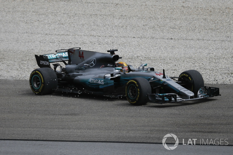 Lewis Hamilton, Mercedes-Benz F1 W08 pist dışına çıkıyor