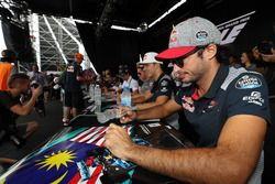 Carlos Sainz Jr., Scuderia Toro Rosso firma de autógrafos para los fans