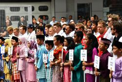 Гонщики во время исполнения государственного гимна