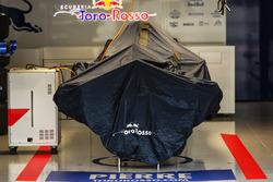 Scuderia Toro Rosso STR12 in garage sotto il telo