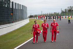 Inaki Rueda, estratega de Ferrari, Antti Kontsas, entrenador de Sebastian Vettel, Ferrari y Jock Cle