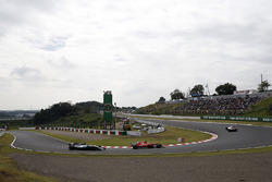 Lewis Hamilton, Mercedes-Benz F1 W08 et Sebastian Vettel, Ferrari SF70H