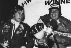 Il terzo classificato James Hunt, McLaren, il campione del mondo Mario Andretti, Lotus