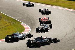 Nico Hulkenberg, Renault Sport F1 Team RS17, Kimi Raikkonen, Ferrari SF70H, Kevin Magnussen, Haas F1