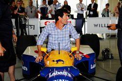 Mark Webber enters the cockpit of an FW14 Renault Sport F1 Team