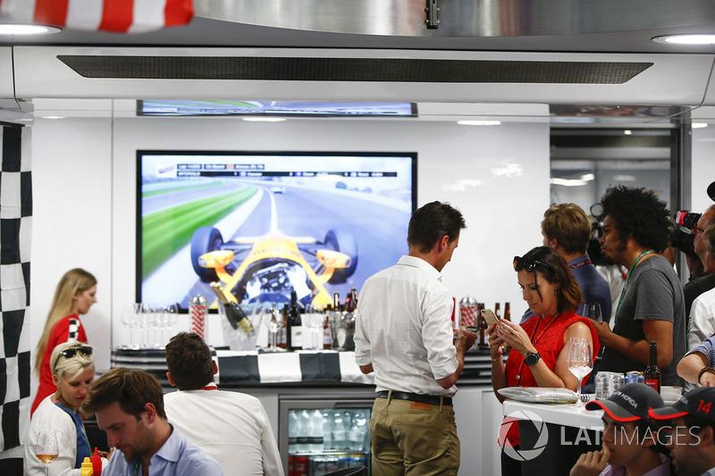 Команда McLaren наблюдает за ходом гонки «Инди 500», в которой участвует её гонщик Фернандо Алонсо