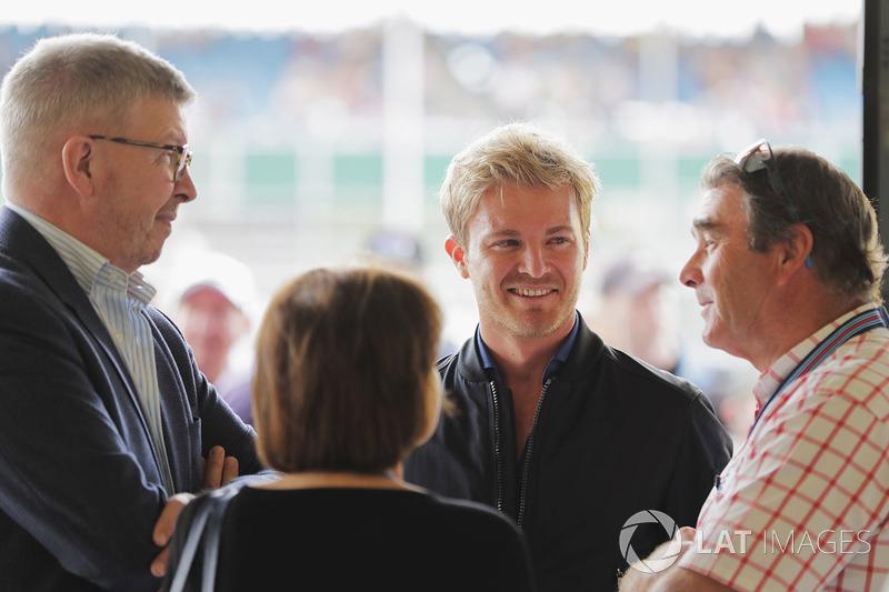 Ross Brawn, Managing Director of Motorsports, FOM, talks to Nico Rosberg and Nigel Mansell