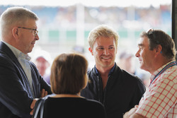 Ross Brawn, Managing Director of Motorsports, FOM, talks to Nico Rosberg and Nigel Mansell