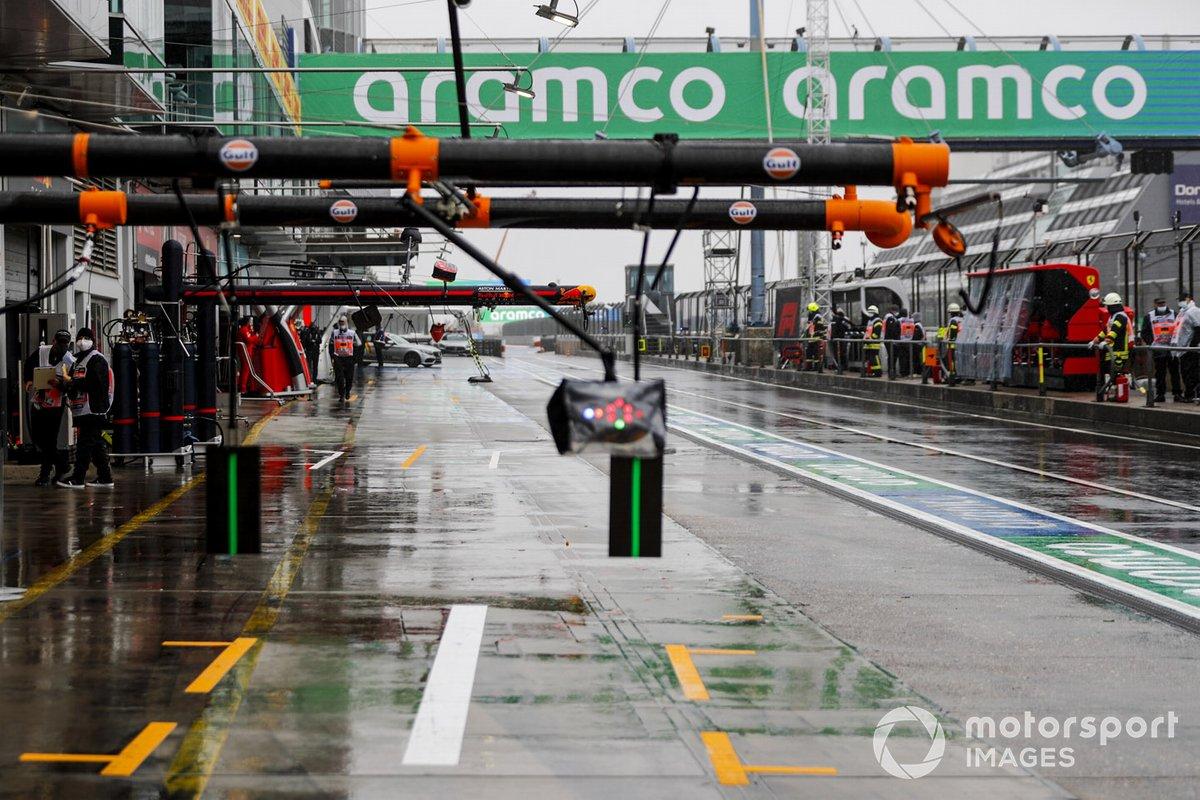 La lluvia y el equipo en el pit lane