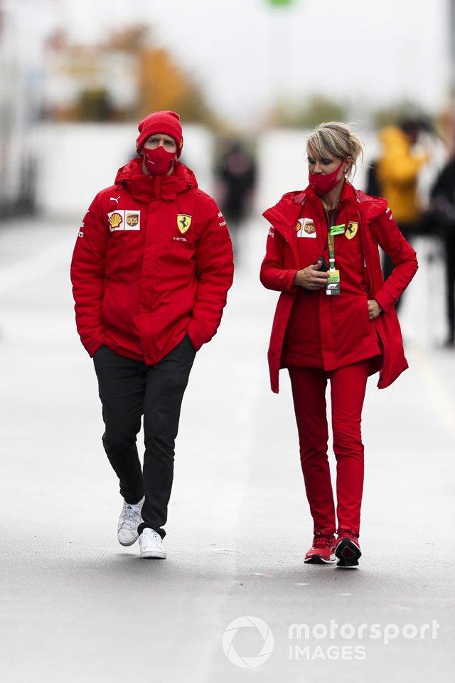 Себастьян Феттель, Ferrari, и его ассистент Бритта Реске в паддоке