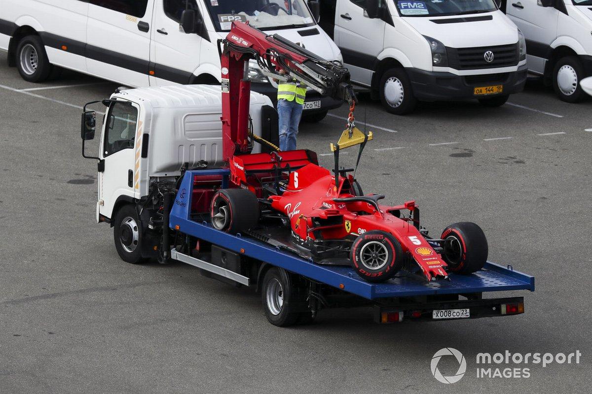 L'auto di Sebastian Vettel, Ferrari SF1000 riportata ai box dopo l'incidente in Qualifica 2