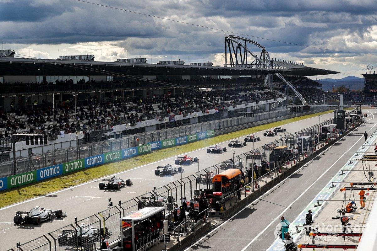 Los coches se alinean en la parrilla antes del comienzo de la carrera