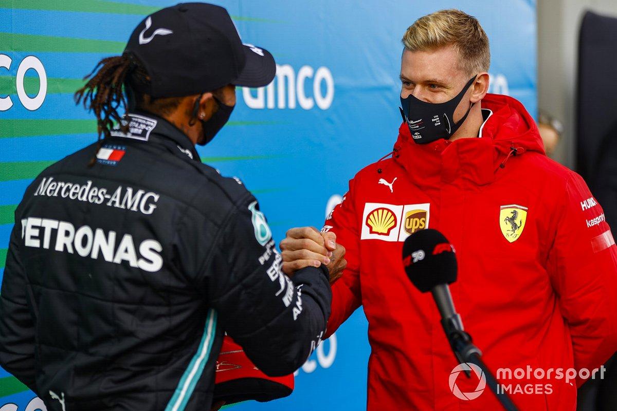 Mick Schumacher presenta Lewis Hamilton, Mercedes-AMG F1, 1 ° posto, con il casco di suo padre per commemorare le sue di 91 vittorie