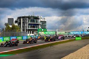 Valtteri Bottas, Mercedes F1 W11, the field away at the start