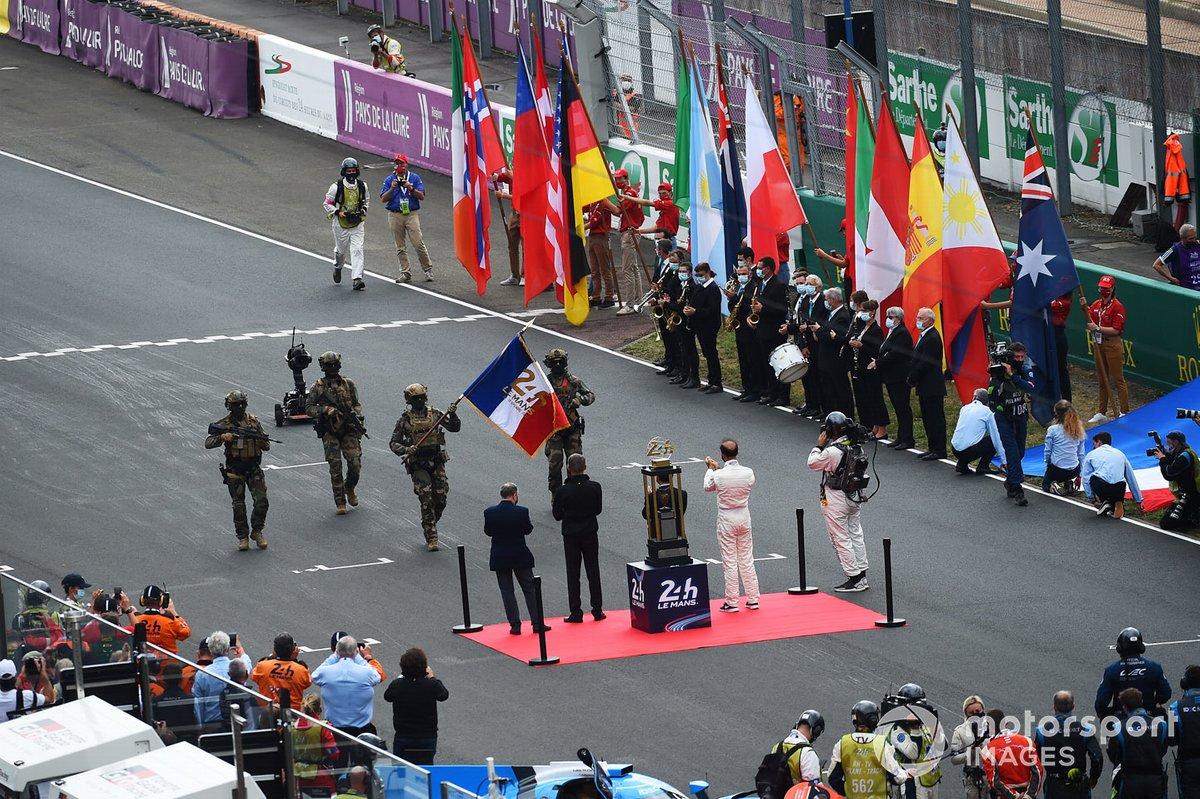 La bandera de las 24 horas de Le Mans es entregada por el ejército francés