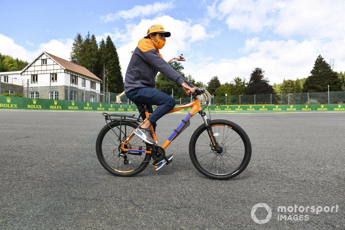 Carlos Sainz Jr., McLaren fait son tour de piste à vélo