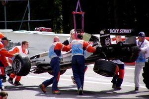 BAR Такумы Сато убирают с трассы после аварии