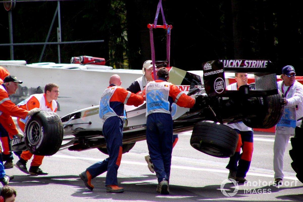 …и машину будущего чемпиона WEC на подъеме задел задним колесом будущий победитель «Инди-500» Такума Сато