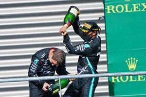 Lewis Hamilton, Mercedes-AMG F1, 62/5000 1 ° posto, versa Champagne sul compagno di squadra, sul podio