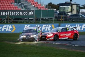Tom Ingram, Toyota Gazoo Racing UK with Ginsters Toyota Corolla and Rory Butcher, Motorbase Performance Ford Focus crash
