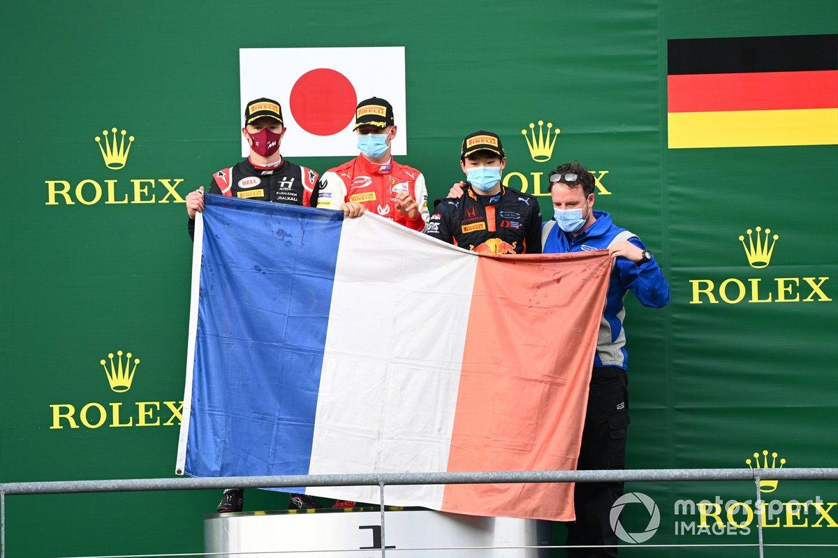 Podio: ganador Yuki Tsunoda, Carlin, y el segundo Nikita Mazepin, Hitech Grand Prix y tercer lugar Mick Schumacher, Prema Racing, con una bandera francesa en el podio en homenaje a Anthoine Hubert