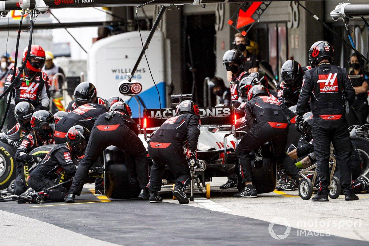 Romain Grosjean, Haas VF-20, fa un pit stop