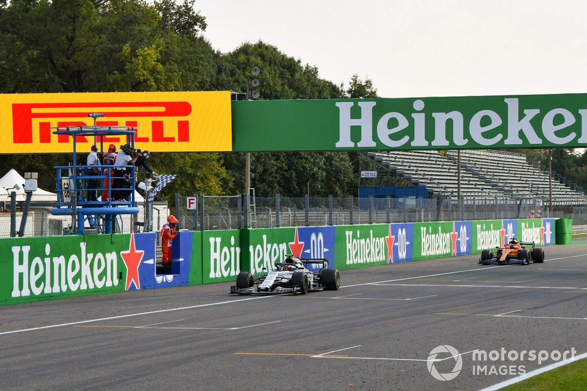 Pierre Gasly, AlphaTauri AT01, primo classificato, Carlos Sainz Jr., McLaren MCL35, secondo classificato