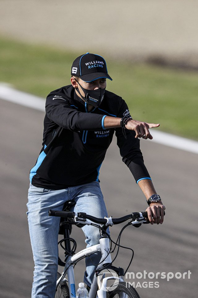 George Russell, Williams Racing, in bici sul circuito
