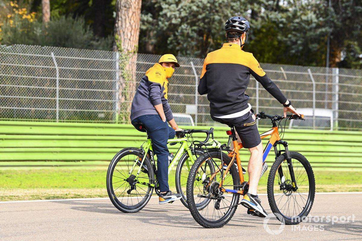 Lando Norris, McLaren, recorre el circuito de Imola en bici con compañeros