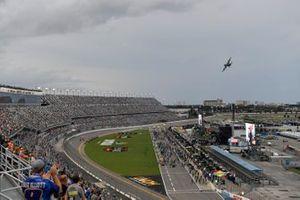 Un HC-130 vuela sobre el Daytona International Speedway antes del Coke Zero Sugar 400